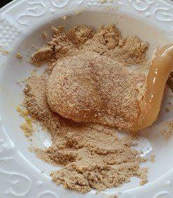 Anschließend die Filets einzeln im Paniermehl wälzen bis sie vollständig bedeckt sind.