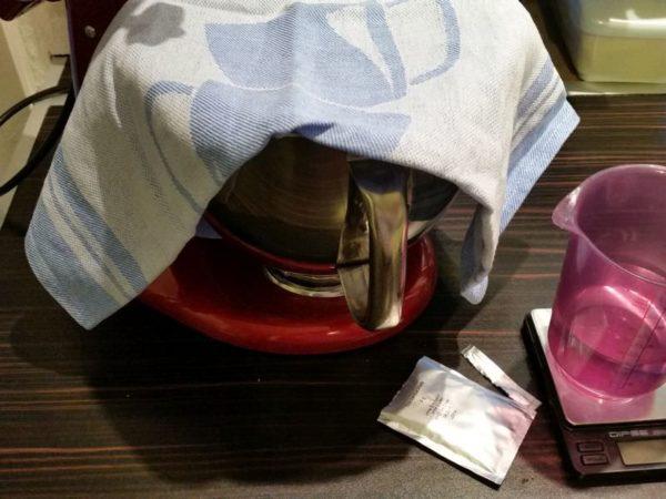 Die Hefe braucht jetzt ca. 20-30 Minuten Zeit, um in Ruhe den Zucker aus den Rosinen zu futtern. Bitte nicht stören! :)
